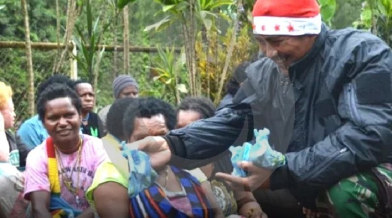 Di Lokasi Penyanderaan KKSB, TNI Berbagi Kasih Natal