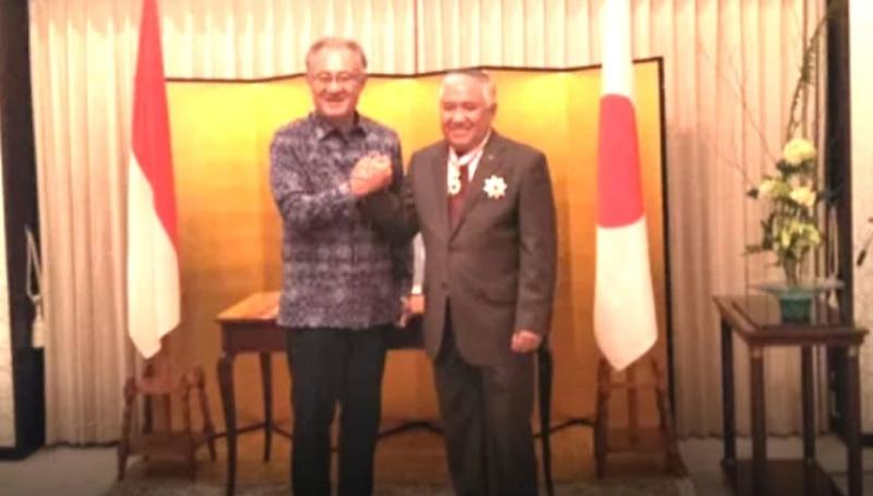 Din Peroleh Order of The Rising Star, Gold, and Silver Star dari Pemerintah Jepang.