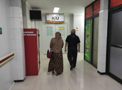Calon Bupati Malang, HM Sanusi dan istri, saat menjenguk Hari Sasongko yang tengah dirawat di RS Moewardi Solo, Senin (16/11/20). (Foto: Andhika untuk notulanews.com)